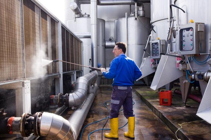 Profesjonalne sprzątanie zakładów produkcyjnych – postaw na sprawdzone usługi outsourcingowe